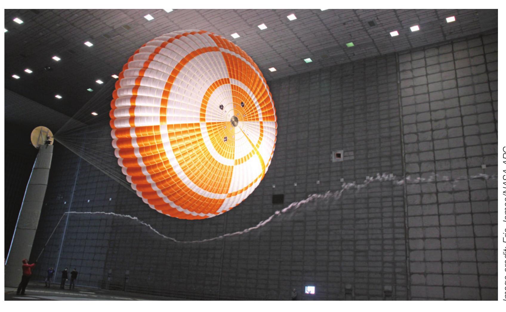 Il prototipo di paracadute in scala 1/3 durante i test in galleria del vento. Credits: NASA