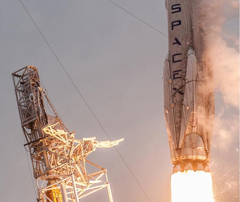Particolare del primo stadio con visibile sue delle 4 landing legs ripiegate in configurazione lancio. Foto Credit: http://www.scriptunasimages.com/