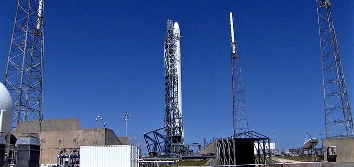 Il Falcon 9 sulla rampa per un tentativo di lancio della missione cargo Dragon CRS-3. Credit: NASA TV