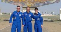 L'equipaggio di backup della Soyuz TMA-13M davanti al monumento di Baikonur. Credit: Samantha Cristoforetti