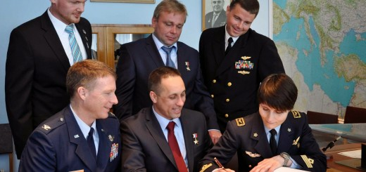 L'equipaggio di backup della Soyuz TMA-13M firma il registro dei visitatori nell'ufficio di Gagarin al museo di Star City. Credit: NASA