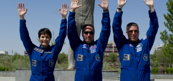 L'equipaggio di backup della Soyuz TMA-13M davanti al monumento a Gagarin di Baikonur: Samantha Cristoforetti, Anton Shkaplerov e Terry Virts. Credit: Gagarin Cosmonaut Training Center