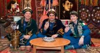 L'equipaggio di backup della Soyuz TMA-13M in costume kazako nella replica di una yurta al museo di Baikonur. Credit: NASA/Victor Zelentsov