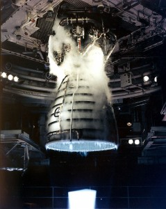 Ripresa ravvicinata durante un test di uno Shuttle Main Engine during a test firing presso il John C. Stennis Space Center in Hancock County, Mississippi. Credits: NASA