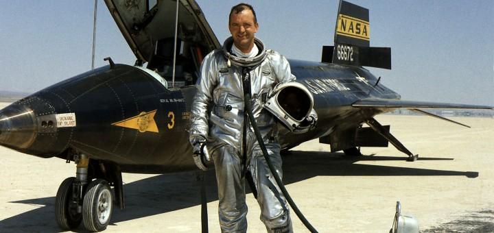 Bill Dana accanto a un X-15 nel 1967. Credit: NASA