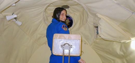 Samantha Cristoforetti usa un telemetro laser nel simulatore del modulo orbitale Soyuz. Credit: Samantha Cristoforetti