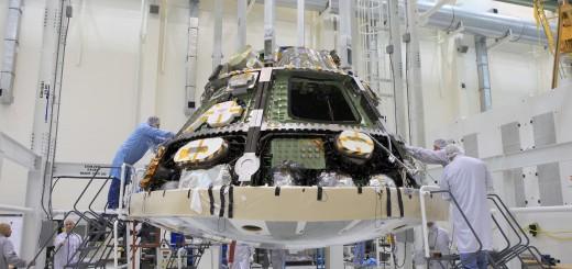 Installazione dello scudo termico su Orion (EFT-1).