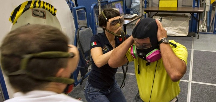 Samantha Cristoforetti in una simulazione di perdita di ammoniaca con l'equipaggio della Expedition 42 al JSC. Credit: ESA/S. Corvajaa