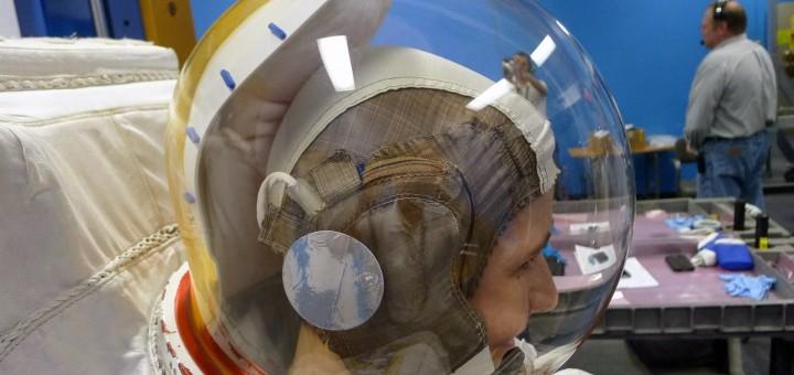 Samantha Cristoforetti si addestra a riconoscere le perdite d'acqua nel casco della tuta EMU. Credit: Samantha Cristoforetti