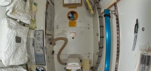 La toilette nel Nodo 3 della ISS. Credit: NASA/Expedition 31