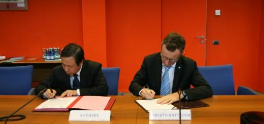Il presidente della CNSA Xu Dazhe e dell'ASI Roberto Battiston firmano a Roman un accordo di cooperazione spaziale nel luglio del 2014. Credit: ASI