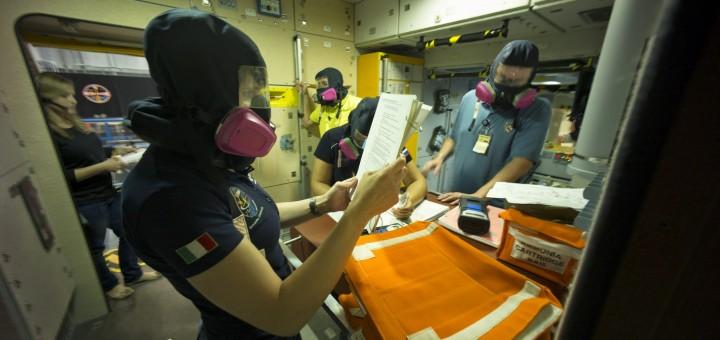 Samantha Cristoforetti con il respiratore in una simulazione di fuga di ammoniaca sulla ISS al JSC. credit: ESA/Corvaja