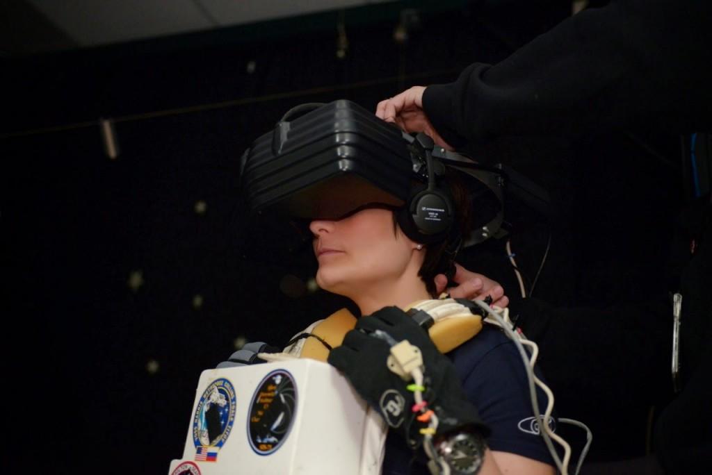Samantha Cristoforetti con gli occhiali e i guanti nel laboratorio di Realtà Virtuale del JSC. Credit: NASA