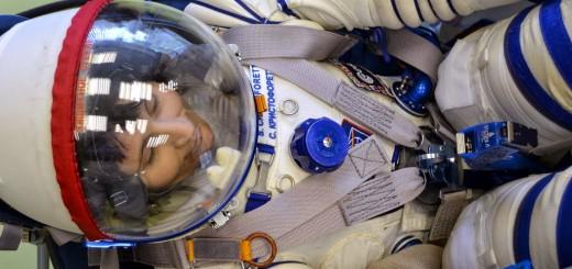 Samantha Cristoforetti prova la sua tuta Sokol presso gli stabilimenti Zvezda. Credit: Gagarin Cosmonaut Training Center
