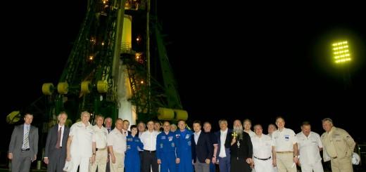Samantha Cristoforetti e il suo equipaggio davanti alla rampa di Baikonur prima del lancio della Soyuz TMA-13M. Credit: NASA