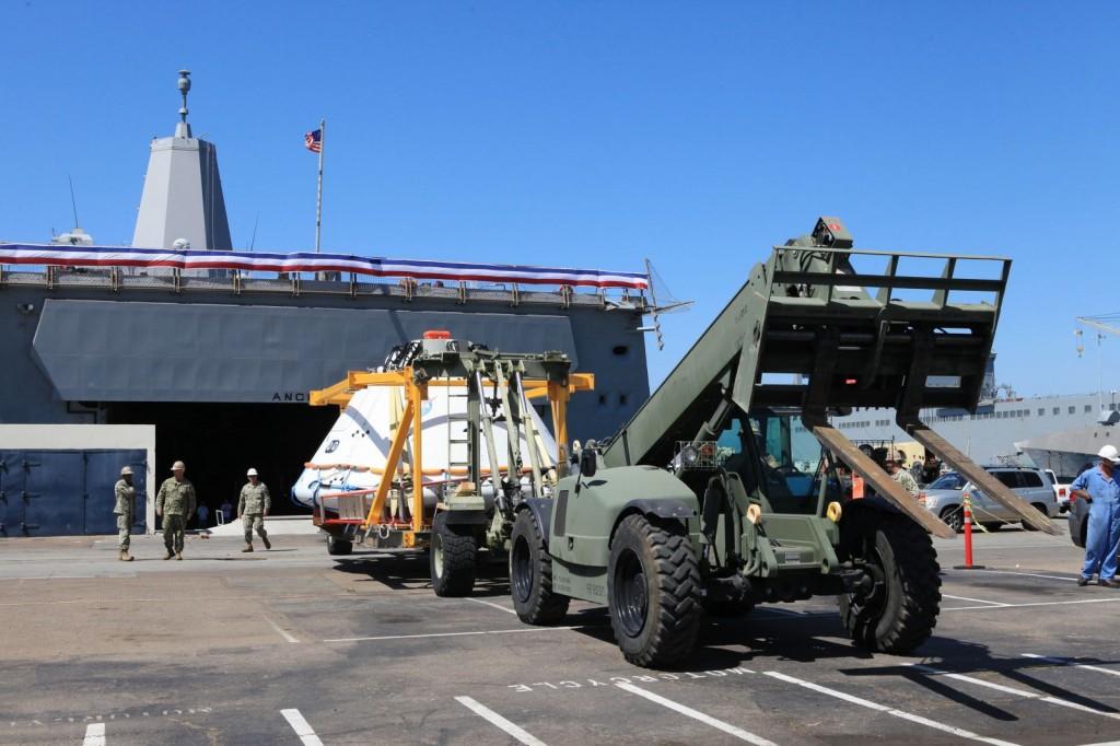 Il boilerplate di Orion viene scaricato dal ponte della USS Anchorage  presso la Naval Base San Diego il 14 Agosto, dopo aver completato l'Orion Underway Recovery Test 2. Image credit: NASA/Kim Shiflett