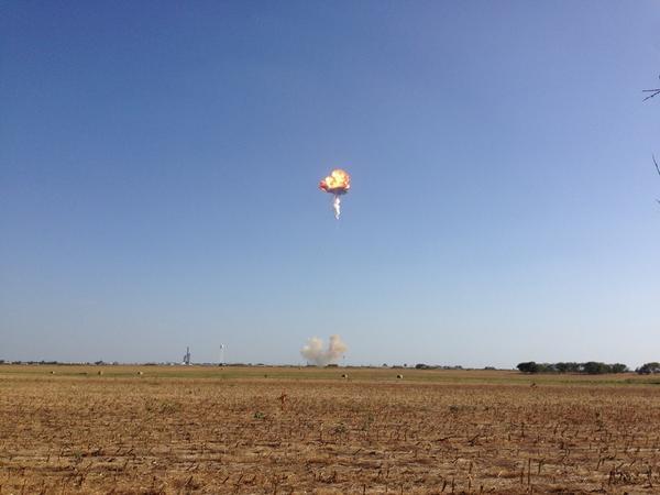 L'esplosione del Falcon 9R in un immagine postata su Twitter. Credits: Amanda Spence (utente Twitter @EthansMommy17)