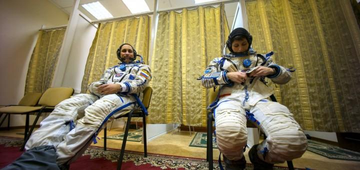 Samantha Cristoforetti e Anton Shkaplerov indossano la tuta Sokol per una simulazione. Credit: GCTC