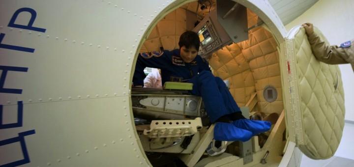 Samantha Cristoforetti nella centrifuga per un esame di discesa manuale Soyuz. Credit: GCTC