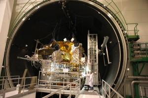 Il satellite Eutelsat-9B/EDRS-A allinterno della camera thermal-vacuum negli stabilimenti di Airbus Defence and Space di Tolosa in Francia. Credits: Airbus Defence and Space