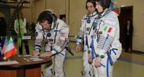 L'equipaggio della Soyuz TMA-15 con Samantha Cristoforetti firma la busta dell'esame finale a Star City. Credit: NASA/Stephanie Stoll