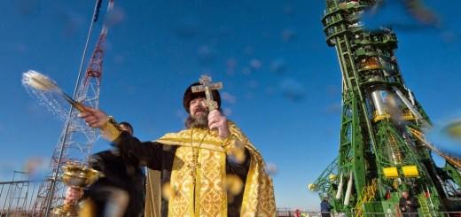 Un prete ortodosso benedice il razzo Soyuz TMA-15M a Baikonur. Credit: GCTC