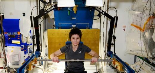 Samantha Cristoforetti si allena con l'ARED nel modulo Tranquility. Credit: NASA