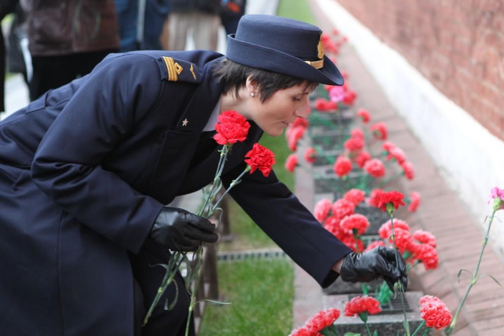 Sulla Piazza Rossa a depone fiori sulla tomba di Gagarin. Credit: GCTC