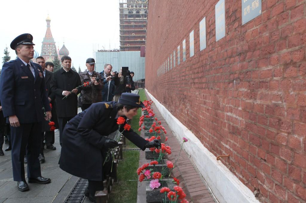 Un momento delle cerimonie ufficiali dopo la conclusione degli esami a Star City: Samantha Cristoforetti depone dei fiori sulla tomba di Yuri Gagarin.  Credit: GCTC