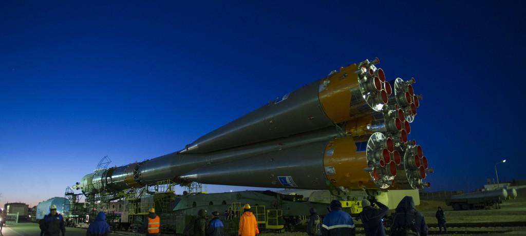 Il razzo con la Soyuz TMA-15M viene trasportata alla rampa di lancio a Baikonur. Credit: GCTC