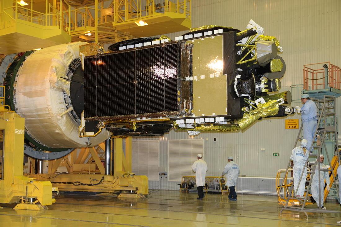 Il satellite Express AM-6 viene agganciato allo stadio superiore Breeze-M - Photo: Roscomos
