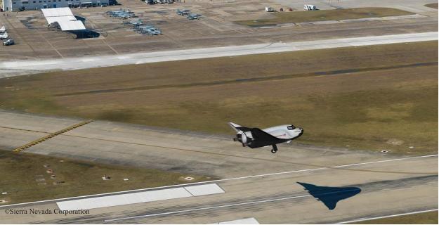Rappresentazione di un atterraggio del DC a Ellingotn Field, Houston .  ©2014 Sierra Nevada Corporation