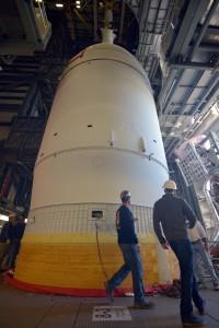 La capsula Orion EFT-1 integrata con il razzo Delta IV Heavy all'interno del Launch Complex 37. Image Credit: NASA/Radislav Sinyak