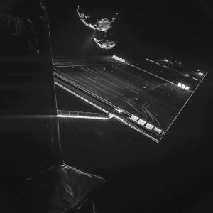 Autoritratto di Rosetta con la cometa Churyumov-Gerasimenko sullo sfondo. Immagine ripresa dal lander Philae  dalla distanza di 16 km dal nucleo (ESA/Rosetta/Philae/CIVA)