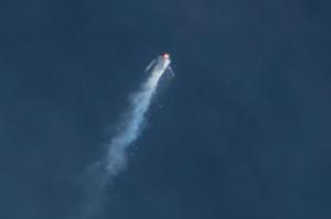 Un'immagine del momento dellincidnete di SpaceShipTwo. Image credit: AP Photo/Kenneth Brown