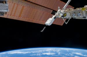 Il braccio robotico di Kibo sulla ISS rilascia dei CubeSats tramite il Small Satellite Orbital Deployer. Febbraio 2014, Expedition 38. Credits: NASA