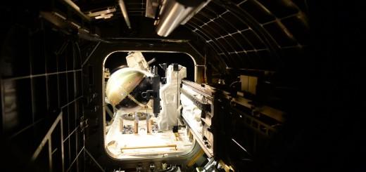 Il satellite SpinSat nell'airlock di JEM prima del rilascio. Credit: ESA/NASA