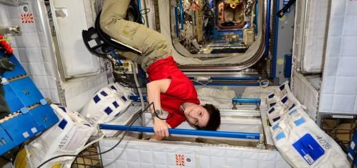 Samantha Cristoforetti passa l'aspirapolvere nel suo alloggio nel Nodo 2. Credit: ESA/NASA