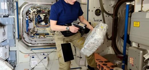 Samantha Cristoforetti legge il codice a barre di un contenitore di cibo. Credit: ESA/NASA