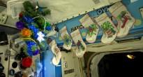 Addobbi natalizi nel Laboratorio Destiny della ISS. Credit: ESA/NASA