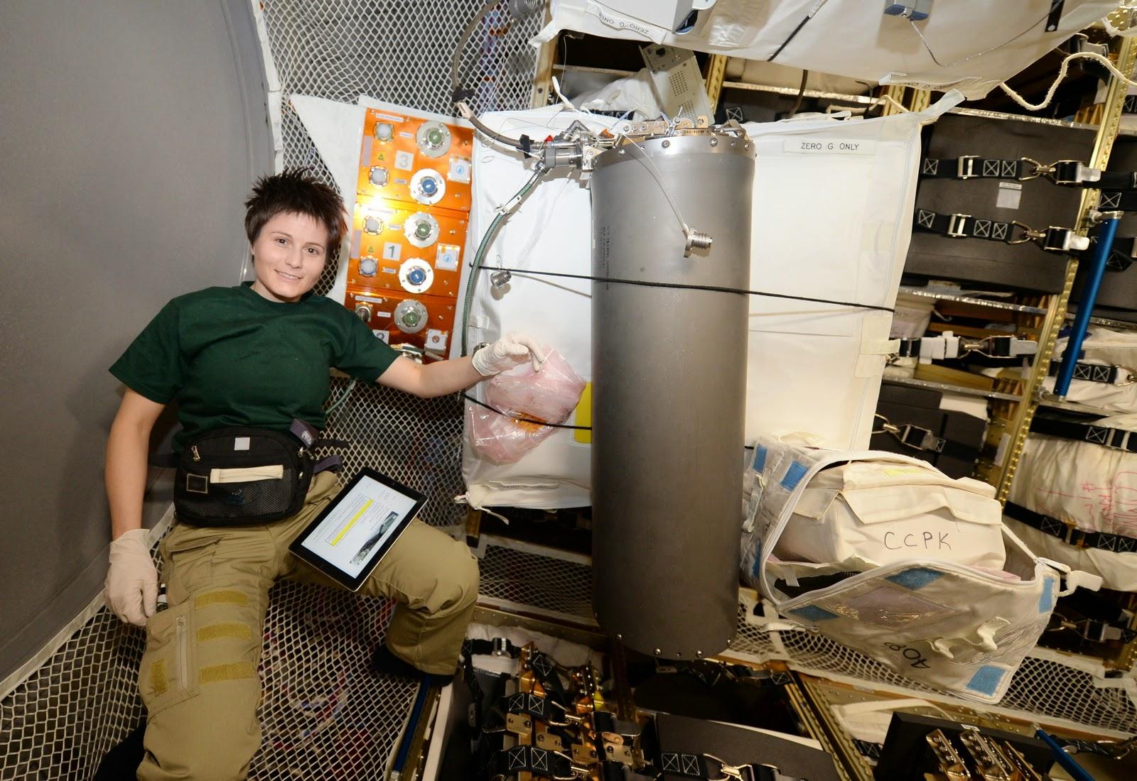 Samantha Cristoforetti con un serbatoio di salamoia nell'ATV-5. Credit: ESA/NASA