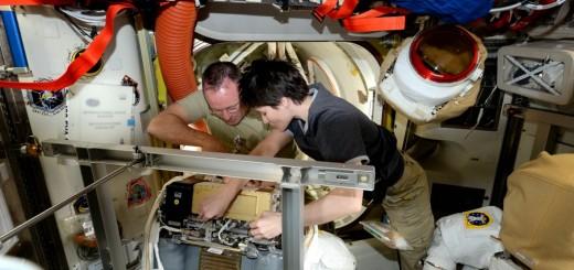 Samantha Cristoforetti e Barry Wilmore riparano una tuta EMU. Credit: ESA/NASA