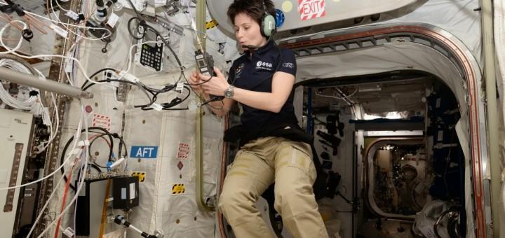 Samantha Cristoforetti nel suo primo contatto radioamatoriale con le scuole. Credit: ESA/NASA