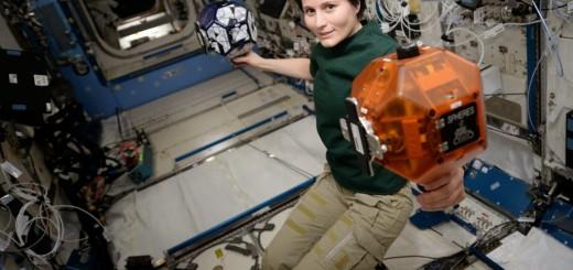 Samantha Cristoforetti con i satelliti Spheres. Credit: ESA/NASA