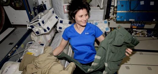 Samantha Cristoforetti con un nuovo paio di pantaloni verdi. Credit: ESA/NASA