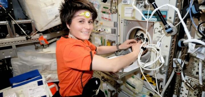 Samantha Cristoforetti Inserisce dei campioni di sangue in una centrifuga. Credit: ESA/NASA