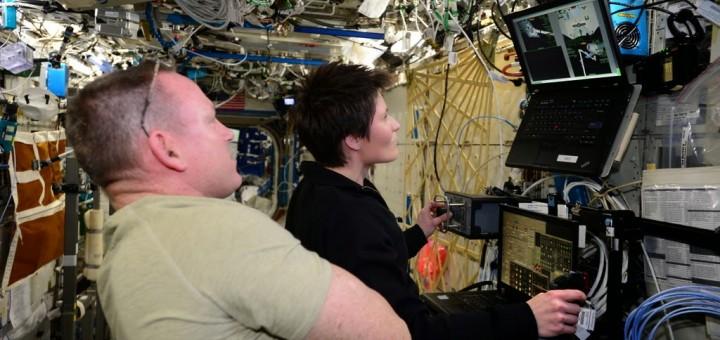 Samantha Cristoforetti e Barry Wilmore si addestrano alla cattura del cargo Dragon con il simulatore ROBOT. Credit: ESA/NASA