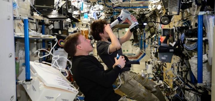 Samantha Cristoforetti riprende immagini di un occhio con un oftalmoscopio. Credit: ESA/NASA