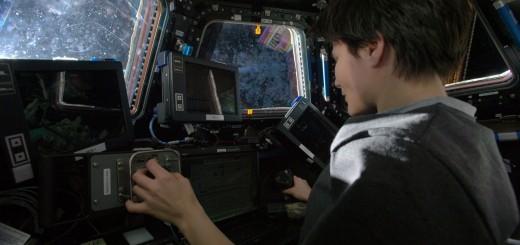 Samantha Cristoforetti manovra il braccio robotico della ISS. Credit: ESA/NASA