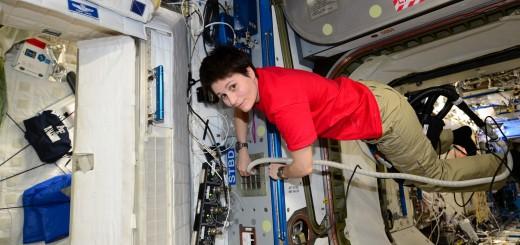 Samantha Cristoforetti passa l'aspirapolvere nel Nodo 2 della ISS. Credit: ESA/NASA